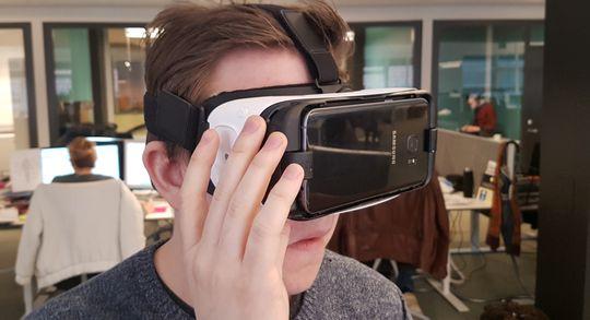 Redaktør Niklas prøver ut Gear VR for å se etter forskjeller mellom de to telefonene.