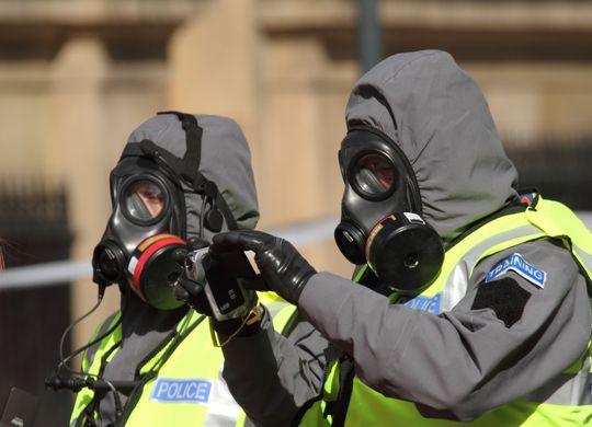 Militære og politi i beskyttelsesdrakter ville blitt et vanlig syn ved et utbrudd.