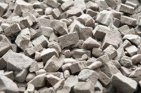 På avstand er det ikke enkelt å se at det ikke er vanlig stein som er brukt som fyllmasse langs Lørenbanen.