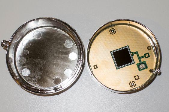 Detektorkammeret: Måledetektoren er plassert inne i et stråletett kammer som dannes når de to halvdelene presses sammen.