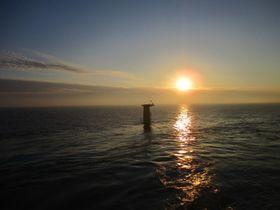 Her er det første fundamentet i havvindparken Dudgeon montert på havbunnen.