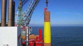 Her monterer Statoil det første fundamentet i ny gigant-havvindpark