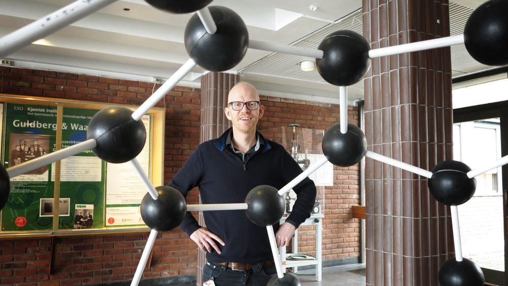 Reidar Lund beundrer en modell av buckminsterfulleren, et hult og fotball-formet molekyl bestående av 60 karbon-atomer. Nå er kjemikerne blitt i stand til å lage nanorør av mye mer avanserte materialer, og nesten uten å tilføre energi.
