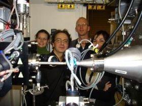 Reidar Lund (bak) med Christope Tribet fra École Normale Supérieure (ENS) i Paris og andre franske kolleger under eksperimentene ved ESRF-laboratoriet i Grenoble.