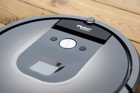 Roomba 980 har et kamera på toppen som lager et kart over omgivelsene. .