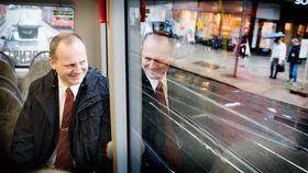 Helt elektrisk: samferdselsminister Ketil Solvik-Olsen er begeistret for batteribussen og ser ut til å trives på sin første tur med en slik.