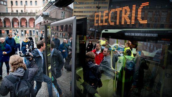 Stor begeistring: En batteribuss i form av ny utslippsfri teknologi innen kollektivtransport samler både politikere, miljøorganisasjoner og oss journalister.