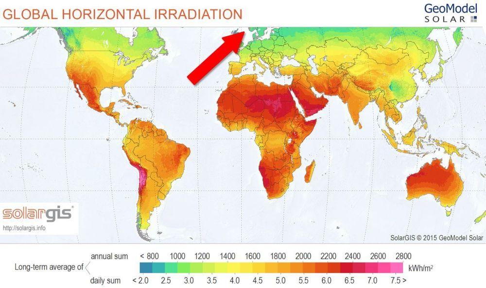 Kartet viser solinnstrålingen i verden, ifølge Solargis' satelittmålinger. Målingene slutter nord for Oslo, og illustrerer problemet med dårlige solinnstrålingsdata for Norge.