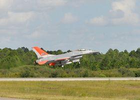 Her tar det ubemannede F-16-flyet av fra flystasjonen Tyndall første gang.