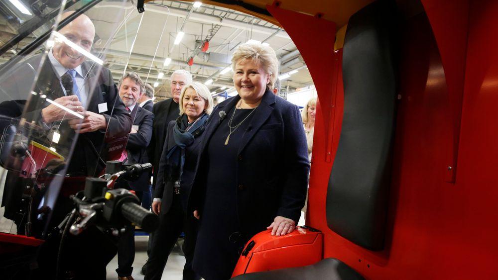 Statsminister Erna Solberg tar en titt inni Paxter - som skal produseres i en ny fabrikk i Sarpsborg.