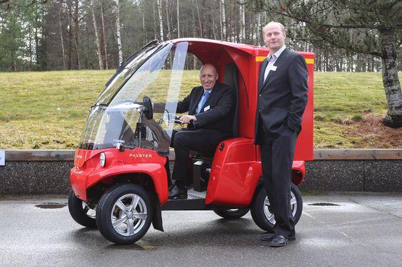 En gledens dag i Sarpsborg: Sjefen for Loyds Industrier, Lasse A. Hansen er godt plasser i sadelen i en Paxster II under ministerbesøket flankert av fabrikksjef Arnstein Klevmoen.