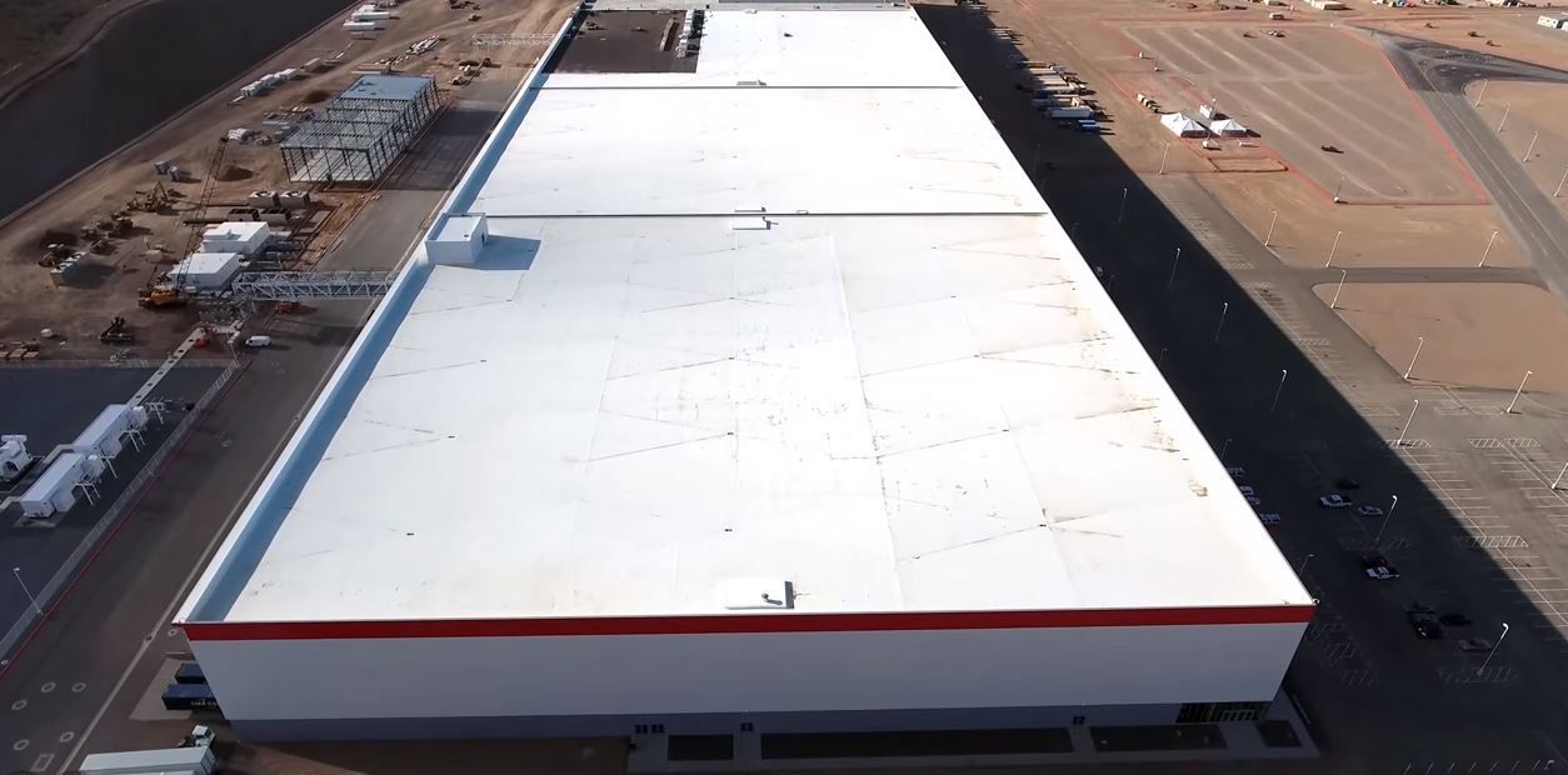 Kjølende: Det hvite taket til Tesla Gigafactory 1 skal kles med solceller, som skal bidra til at fabrikken forsynes med 100 prosent fornybar energi. Den hvite fargen skal redusere temperaturen, noe som gjør at solcellene blir mer effektive.