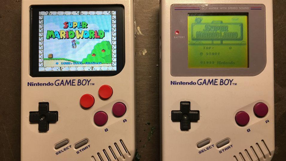 Rasperry Pi Zero befinner seg på innsiden av den nye Game Boy-en (t.v.)