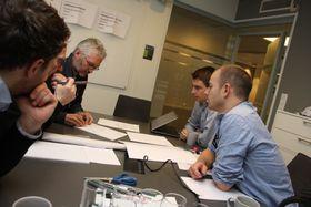 Stig Rasmussen (Norconsult), Svein Fjeld (Dr. Techn. Olav Olsen), Bjørn Hjelde (Norconsult), Håvard Sjåstad Braaten (Concreto) og Ottar Bjørklid (Dr. Techn. Olav Olsen) diskuterer hvordan ledekonstruksjoner, som også kal brukes til rømningsvei inne i tunnelen, skal utformes.