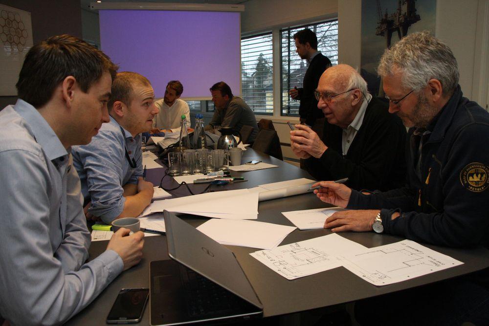 Arbeidsgruppen i forgrunnen noterer fortløpende ned nye ideer. Fra venstre Håvard Sjåstad Braaten (Concreto) , Ottar Bjørklid (Dr. Techn. Olav Olsen), Svein Fjeld (Dr. Techn. Olav Olsen) og Bjørn Hjelde (Norconsult).