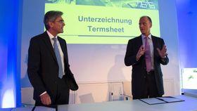 Siemens-sjef Joe Kaeser (t.v) og Airbus-sjef Tom Enders under avtaleinngåelsen i München torsdag.