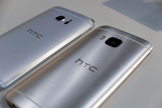 HTC 10 i bakgrunnen, og forgjengeren HTC One M9 foran.