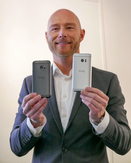 HTCs produktsjef Lars Toft viser frem de to fargene som vil bli tilgjengelig i Norden.