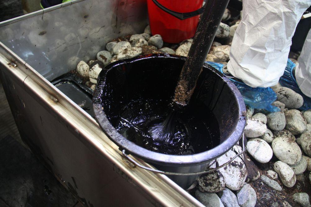 På grunn av den høye viskositeten må oljen skyves ut i oppsamlingsbøtten.