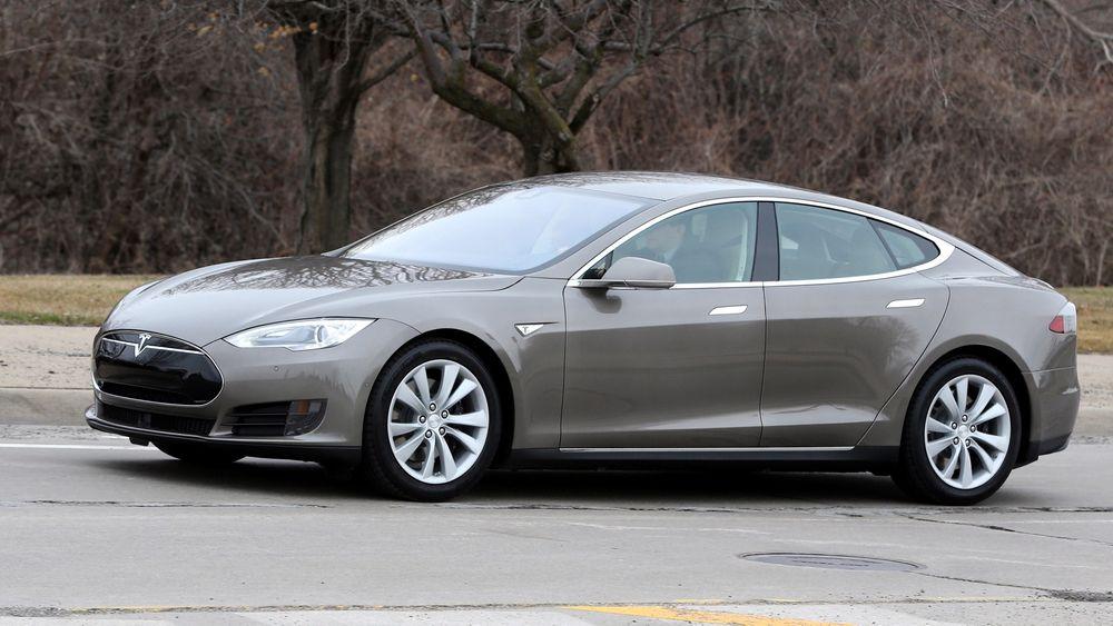 Tesla har utstyrt bilene sine med mulighet for delvis å kjøre seg selv.