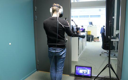 Spiller kollega Audun maracas? Det praktiske med VR er at du aldri kommer til å trenge rydde igjen. Det gjelder dog ikke for driftsavdelingen som kan skimtes i bakgrunnen.