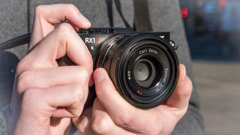 Er RX1R II et kompaktkamera? Det blir et definisjonsspørsmål, men med en vekt på godt over halvkiloen er det i alle fallet stort kompaktkamera.