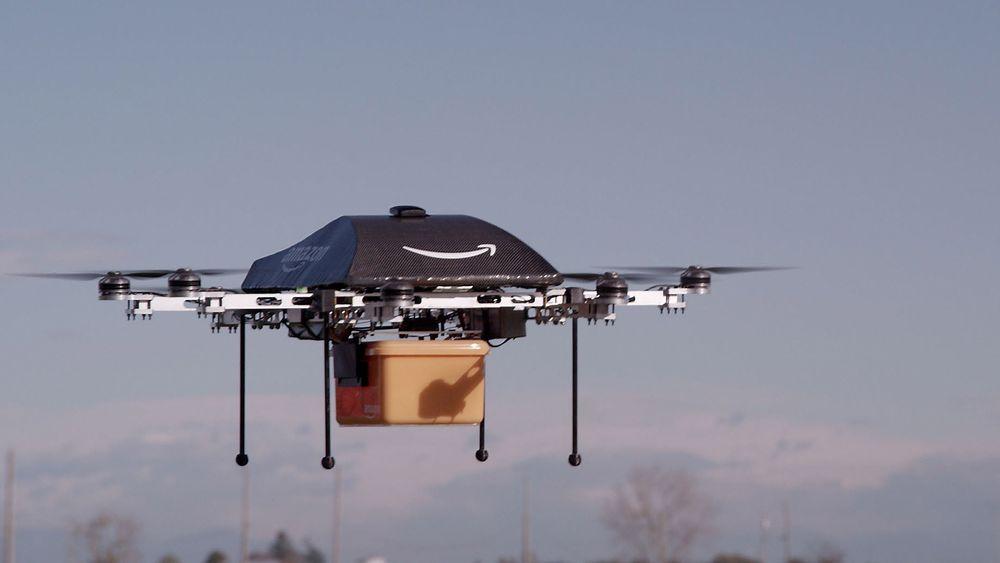 Bloddrone: Går det som forskerne ved Intervensjonssenteret tor kan droner levere blod og medisinske prøver mellom de ulike sykehusene i Oslo i fremtiden. Her Amazon-dronen som skal brukes til å levere pakker fra nettstedet.
