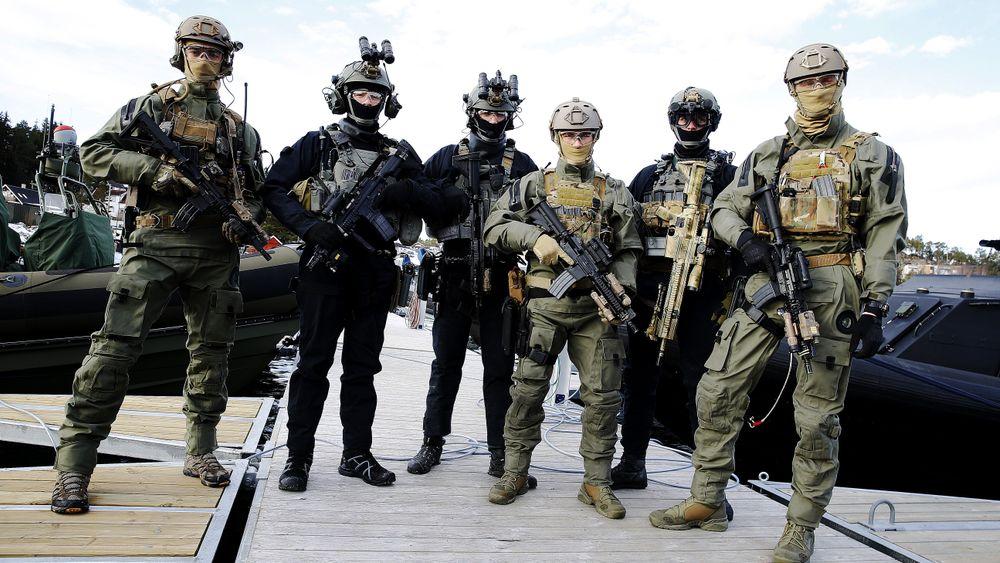 Tre operatører fra Marinejegerkommandoen (MJK) og tre kolleger fra nederlandske Korps Mariniers under Cold Response.