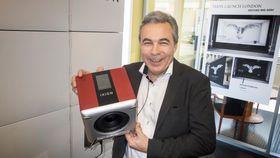 IXION Maestero: Den nye norskproduserte radioen som Tom Austad holder opp veier mer enn den ser ut til. Det kan være et kvalitetskriterium, for det indikerer høy vekt på høyttalermagnetene. Og den låter som om det er tilfelle.