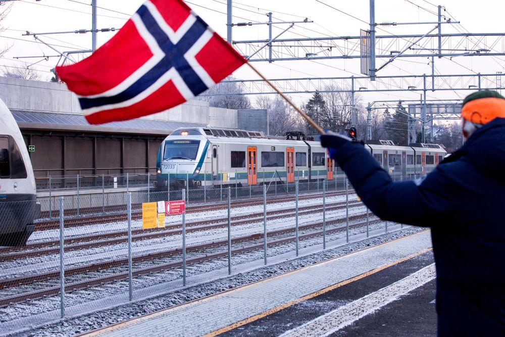 Norsk flagg vaier i vinden under åpningen av Høvik stasjon i desember i fjor.