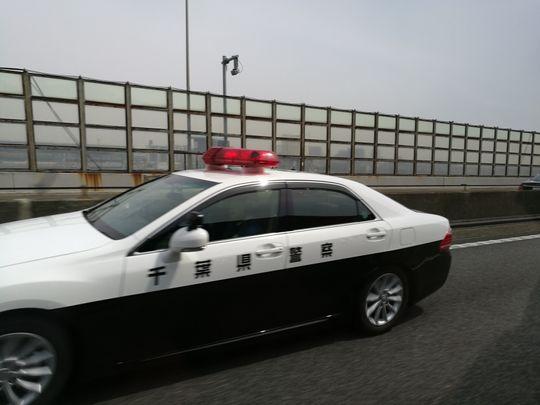 Japan har rykte på seg for å ha lite kriminalitet, så vi ble overrasket da denne politibilen kjørte forbi i raskt tempo. Litt senere viste årsaken seg. Noen hadde dyttet borti bilen foran seg på veien, og laget en liten bulk.