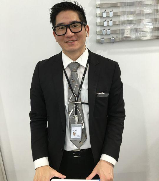 Yoshiharu Sato jobber i Softbank, og kunne fortelle oss litt om den spesielle roboten som tar seg av kundene i butikken.
