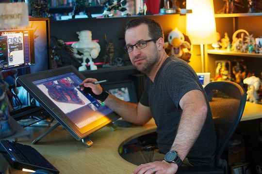 Hearthstone-kunstner Ben Thompson avbildet på sin arbeidsplass.