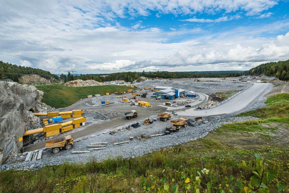 Jernbaneverket har strammet inn på entreprenøren Acciona Ghellas overtidspraksis på Follobaneprosjektet på Åsland slik at flere av arbeiderne får overtidskompensasjon enn i fjor.