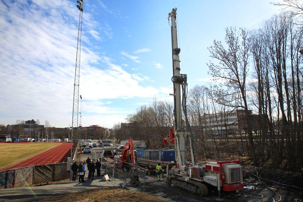 Asker kommune borer Norges dypeste energibrønn. Går det som planlagt, kan dype energibrønner varme opp de nye byggene i Asker sentrum, rundt det som i dag er kunstgressbanen Føyka.