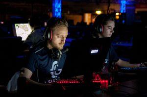 Kristian «Akez» Kornbakk (t.v.) i Celestial Gaming.