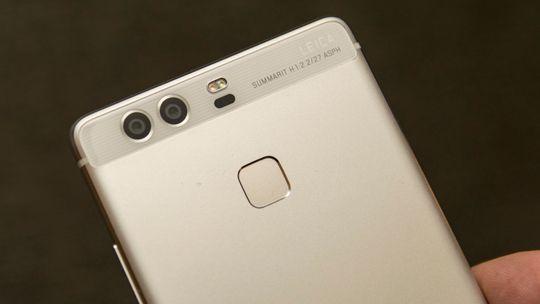 P9 har et knallbra kamera, rask innmat og fine byggematerialer. Den leveres med litt treg lader, og har LCD i stedet for AMOLED-skjermen i toppmodellen.