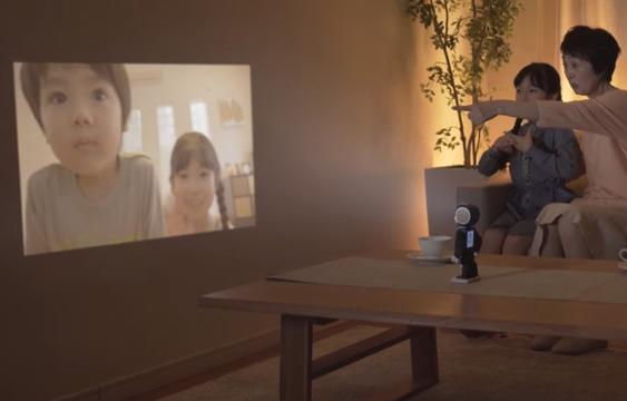 Roboten har en projektor i pannen.