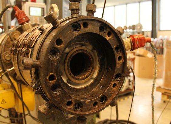 Hallingplast, produksjon av synkerør til oljeindustrien. Det hvite sjiktet er bariumsulfat som gir tyngde til det ferdige røret. Et komplett tresjikts rør ekstruderes i én operasjon.