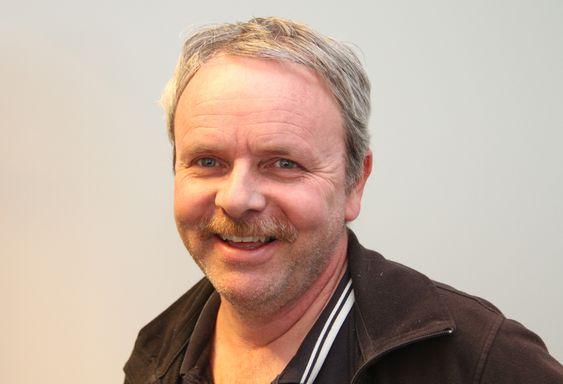 Steinar Tragethon, daglig leder i Hallingplast lover at han flere nyheter i jakkeermet.