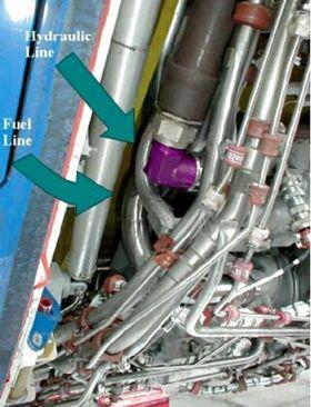 Drivstoff- og hydraulikkrørene på den høyre motoren.
