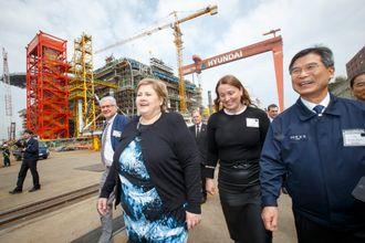 Statsminister Erna Solberg, Siv Solem, landsjef for Statoil Sør-Korea og konsernsjef Choi Kil-seon foran byggingen av Aasta Hansteen på Hyundai Heavy Industries i Ulsan. Samme uke omkom tre arbeidere på verftet.