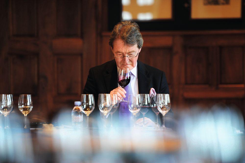 Den britiske vinskribenten Steven Spurrier på «hjemme hos»-smakinger under «en primeur»-uken.