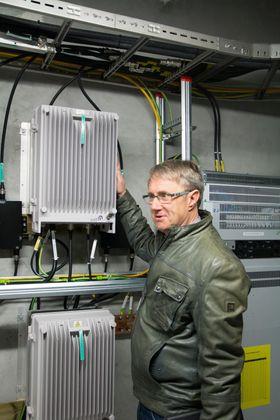 Dekningsdirektør Bjørn Amundsen i Telenor viser frem en av repeaterboksene som sørger for å forsterke signalene og sende det ut gjennom strålekablene. Mobiltrafikk fra både Telenor og Telia går gjennom disse boksene.