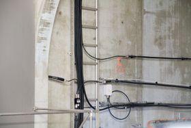 Kablene langs tunnelveggen er strålekabler, det vil si lange antenner.
