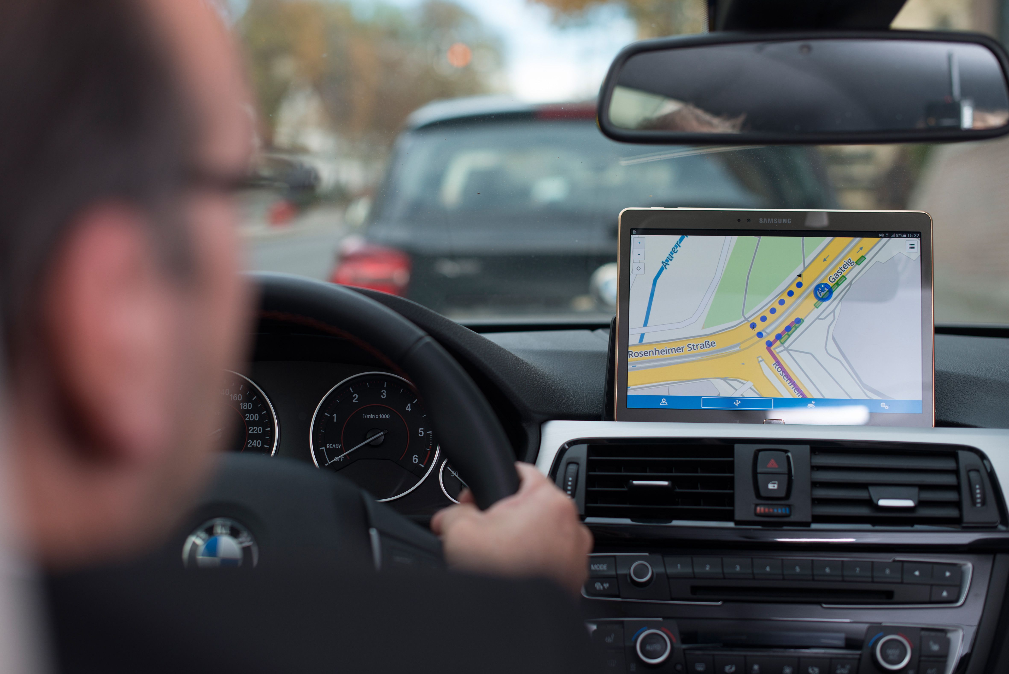 Hvis det er ingen ledige parkeringsplasser kan systemet sende informasjonen til din smarttelefon og veilede deg til nærmeste ledige parkeringsplass.