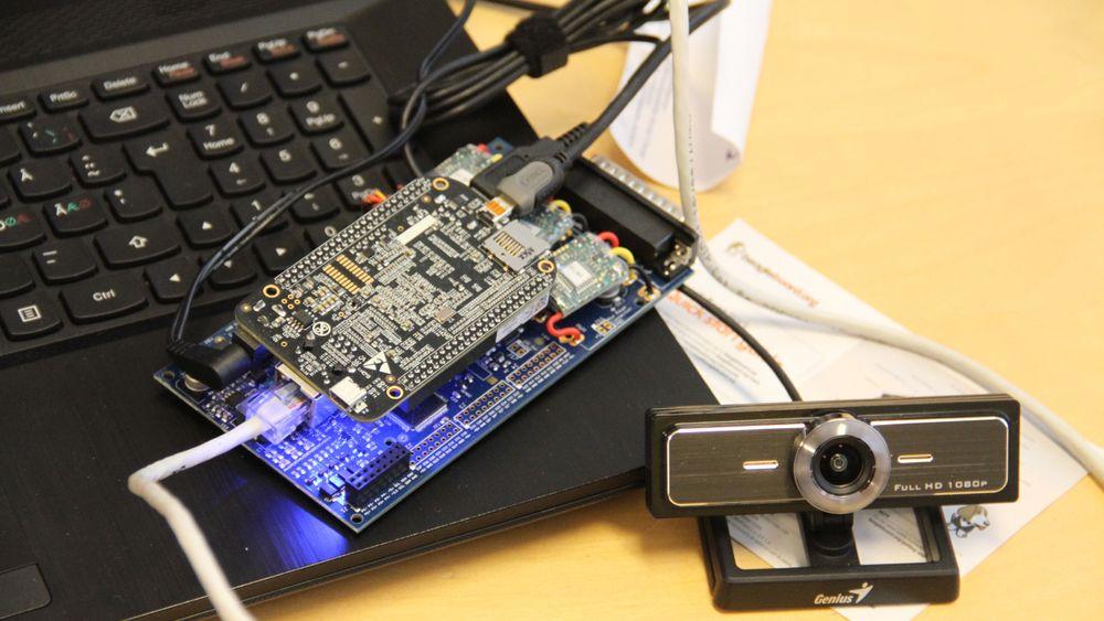 Hesbynett utvikler kamerasystemer for habruksnæringen, her en prototyp med egenutviklet kretskort og et ferdig kjøpt kamera fra en ekstern produsent.