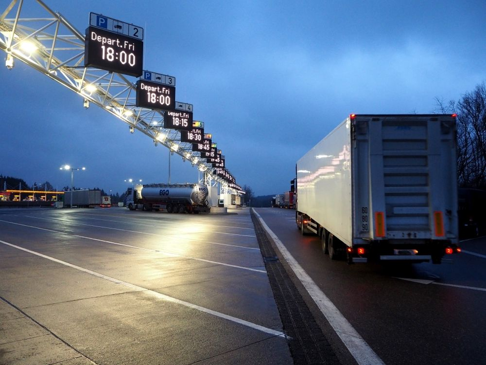 Dynamiske displayer viser når lastebilene skal av gårde. Det gjør parkeringen mer effektiv.