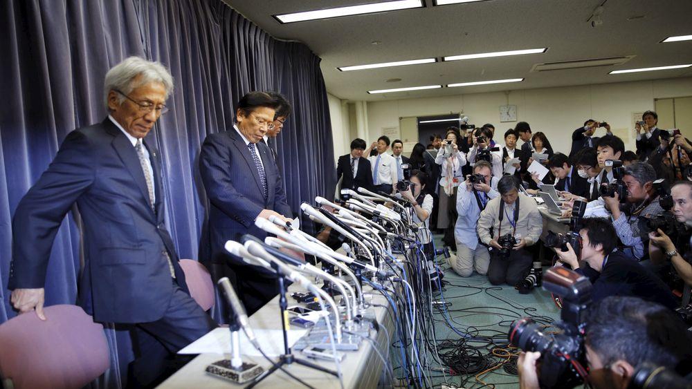 Direktør i Mitsubishi Motors Corp Tetsuro Aikawa (andre fra venstre) la onsdag frem informasjon om at også Mitsubishi skal ha jukset med utslippstester.
