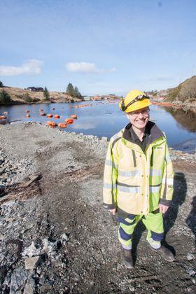 Dag Breistein, prosjektleder for kabel i BKK EnoTek, ved Kuvågen, hvor den første sjøkabelen kommer i land.